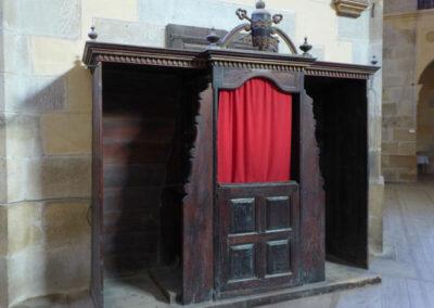 Confesionario doble con remate de tiara papal