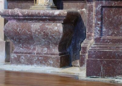 Detalle del zócalo de mármol de rojo de Ereño