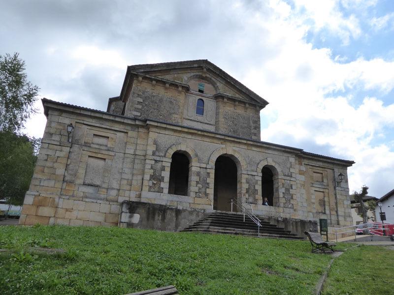 Exterior de la iglesia de la Ascensión del Señor de Ajangiz