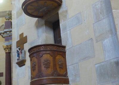 Púlpito incrustado junto al altar
