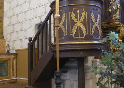 Púlpito adosado a una de las columnas