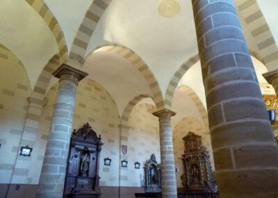 Grandes columnas en el interior de la iglesia