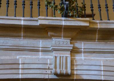 Cartela con inscripción del año de construcción del coro