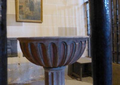 Pila bautismal bajo el coro