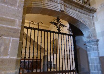 Rejería de cierre bajo el coro obra del herrero elorriano Vicente de Azqueta