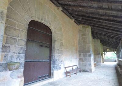 Puerta lateral en arco escarzano