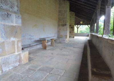 Mesa de concejo bajo el pórtico