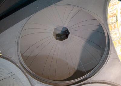 Cúpula de placas radiales en el crucero de la iglesia