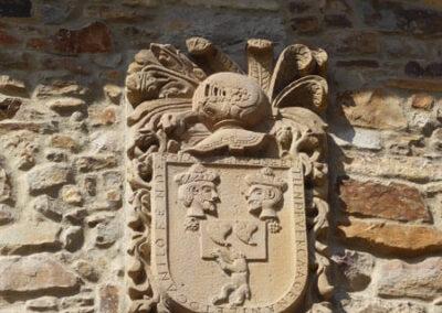 Cartela de piedra con inscripción de fundación de la preceptoría