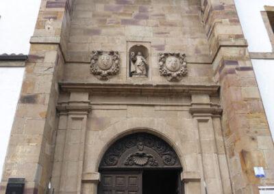 Portada de acceso al interior de la iglesia