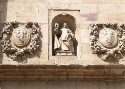 Escudos del linaje De la Piedra flanqueado la imagen de Santa Clara