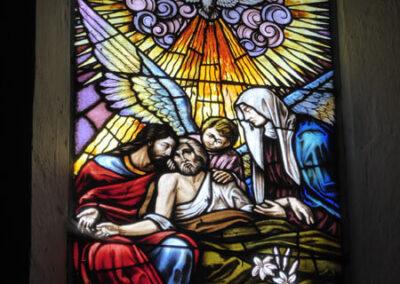 Vidrieras de temática religiosa en las ventanas