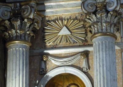 Columnas corintias decorando el altar