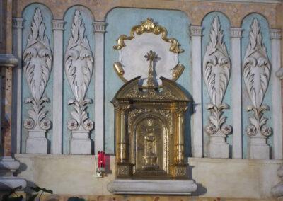 Hojas de palma flanqueando el sagrario del altar mayor
