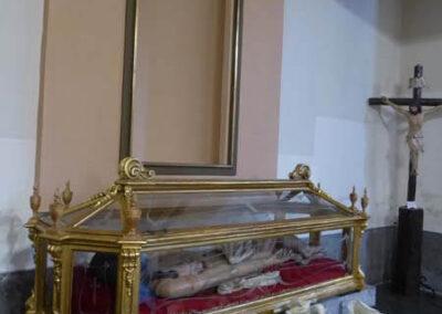 Cristo yacente bajo la hornacina de la Dolorosa