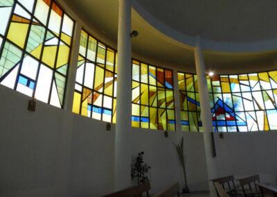 Vanos con vidrieras cerrando la parte alta de los muros