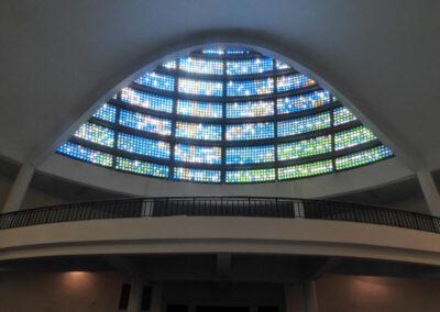 Gran claraboya con vidrios de colores