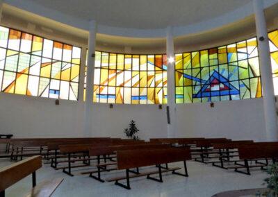 Bancos dispuestos alrededor del presbiterio