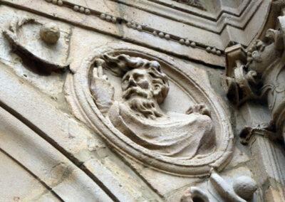 Detalle del busto de San Pablo en un tondo de la portada