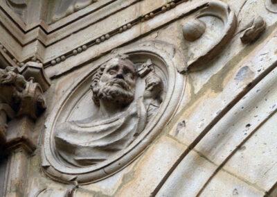 Detalle del busto de San Pedro en un tondo de la portada