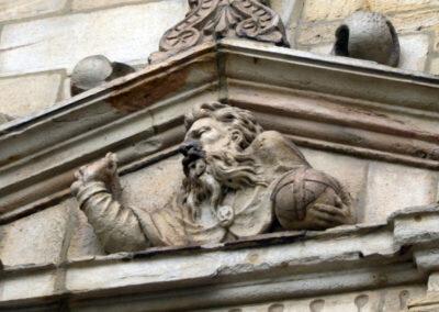 Detalle del relieve de Dios Padre en el frontón del acceso