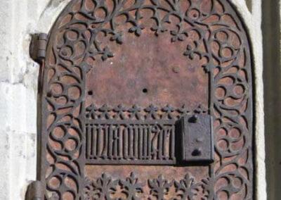 Detalle de las puertas de hierro que cierran el sagrario hispano flamenco