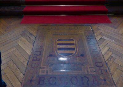 Sepultura de los patronos de la iglesia, los Leguizamón, ante el altar