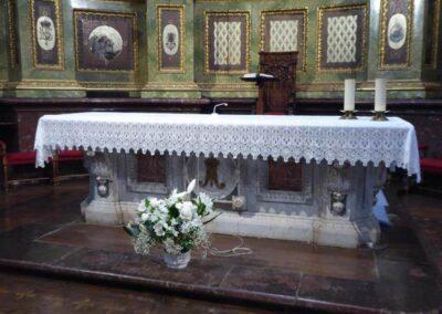 Mesa de altar labrada en mármol de Carrara