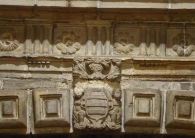 Escudo de la familia Leguizamón en el arco sustentante del coro