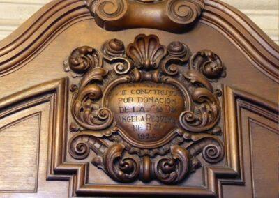 Detalle de la inscripción de donación por Angela Requena y Buj en 1923 de la cajonera de la sacristía