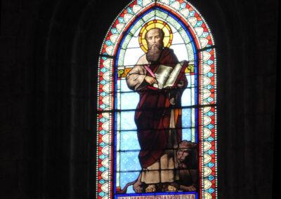 Ventana apuntada decorada con vidriera de San Marcos