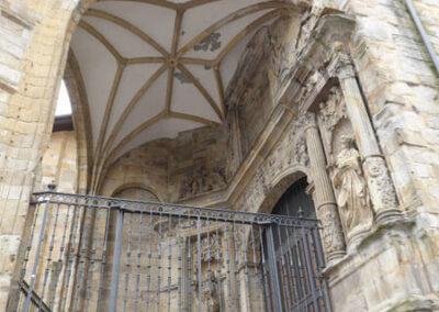 Bóveda de crucería bajo el porche