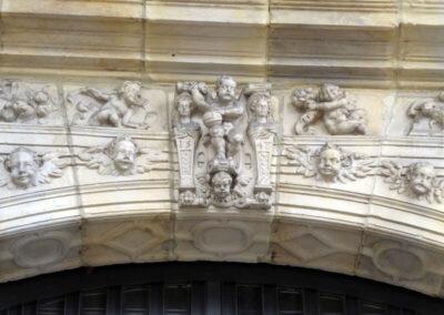 Detalles de ángeles en la portada de San Antón