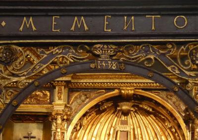 Detalle de la inscripción de la reja de la capilla Martínez Recalde