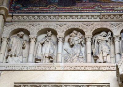 Galería de santos en relieve en la portada