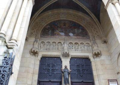 Acceso principal al interior de la iglesia