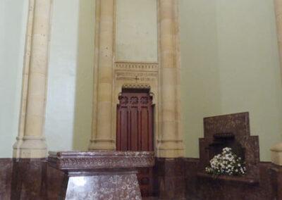 Acceso a la cripta de la familia Zabalburu