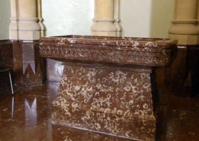 Pila bautismal rectangular hecha en mármol rojo de Ereño