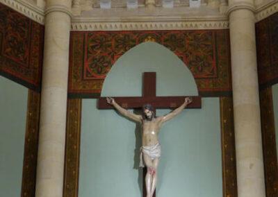 Cristo crucificado en el presbiterio de la iglesia