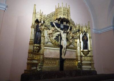 Retablo neogótico de la crucifixión en la capilla del Comulgatorio