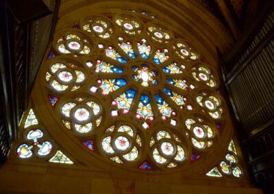 Rosetón desde el interior de la iglesia