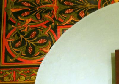Enlucido de los muros con motivos vegetales de colores rojos y ocres