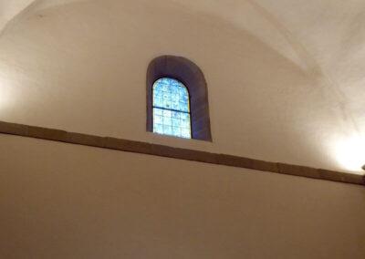 Ventanas de medio punto peraltado cerrados con vitrinas policromadas