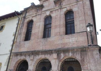 Fachada de la iglesia de Santa Clara, realizada en caliza roja de Ereño