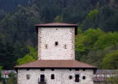Casa-torre de La Quadra, a escasos metros de la iglesia de San Pedro
