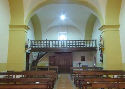 Coro alto de madera a los pies del templo