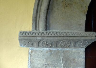Cruces y flores de lis en el arco de acceso bajo el pórtico