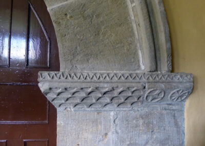 Motivos geométricos de decoración del acceso lateral