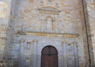 Detalle del acceso en arco de triunfo a los pies de la iglesia