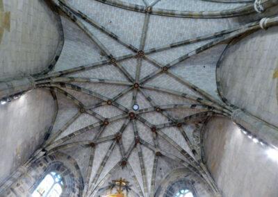 Bóveda estrella enriquecida en el presbiterio